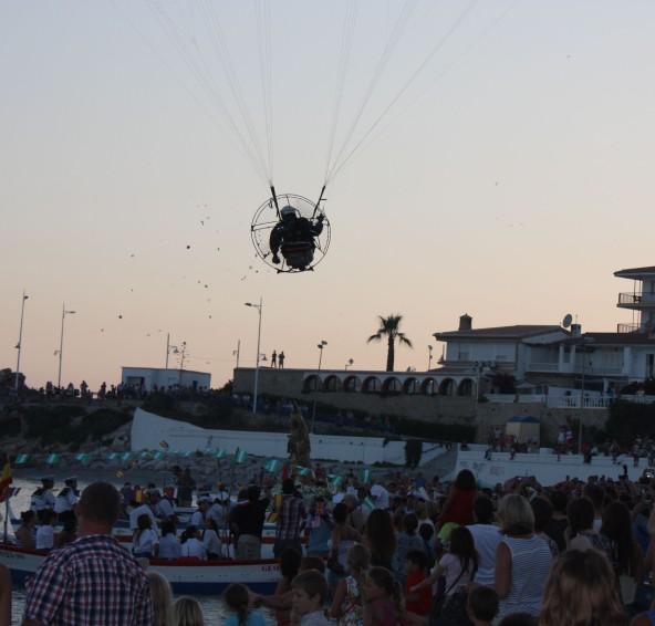 VirgindelCarman2013 Paraglider Rozenblladjes800x752